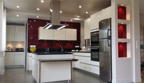 couleur plan de travail cuisine cuisine moderne avec îlot modèle sensations