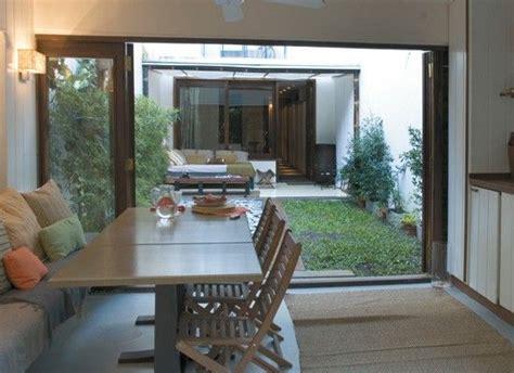 un patio interno con deck decoracion dise 241 o planos de