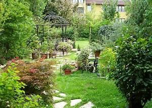Gartengestaltung Kleine Gärten Bilder : gartengestaltung beispiele vorher nacher kleiner garten plattenweg im rasen ~ Frokenaadalensverden.com Haus und Dekorationen