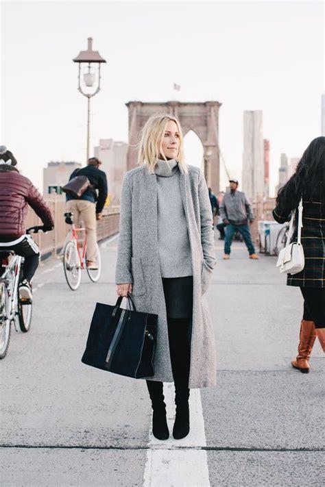 winter style damen frauen in kombination mit grauem pulli und