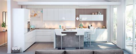 modeles cuisines mobalpa cuisine moderne blanche au design sans poignée ambiance mobalpa