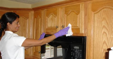 cleaning kitchen cabinets with vinegar and baking soda how to clean grease from kitchen cabinet doors ehow uk