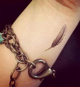 Tatouage Plume Poignet : tatouage plume poignet femme tattoo pinterest tatoo ~ Melissatoandfro.com Idées de Décoration