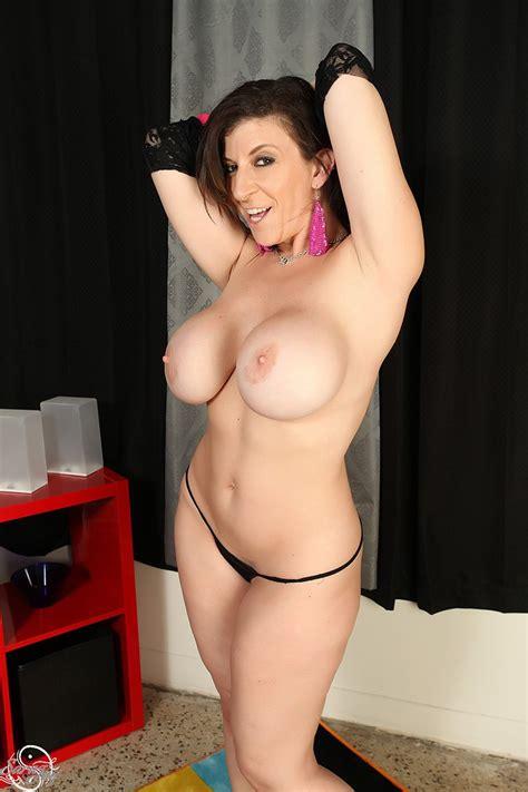Big Butt Milf Sara Jay Strips Her Dress And Thong Photos