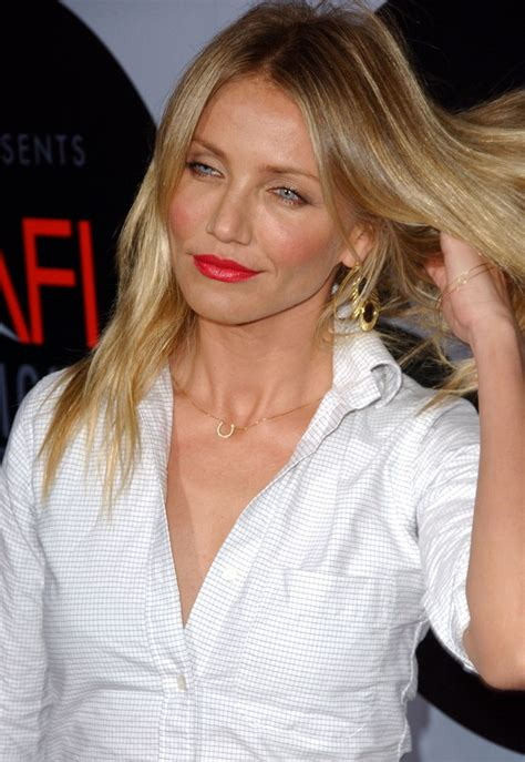cameron diaz wearing  long hair natural  styled open