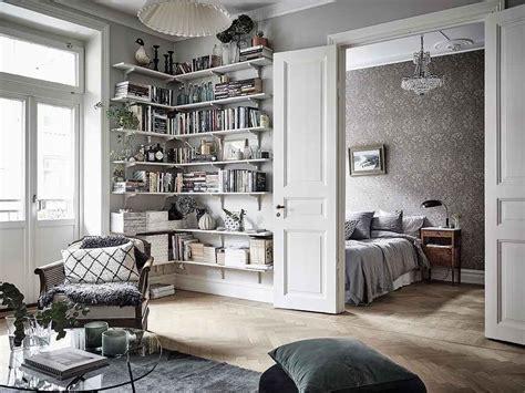 wohnzimmer mit fluegeltueren zum schlafzimmer interior