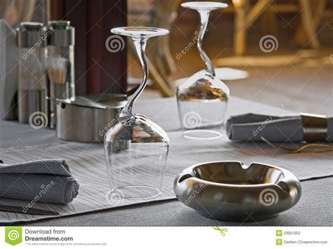 bicchieri ristorante bicchieri di e portacenere in ristorante fotografia