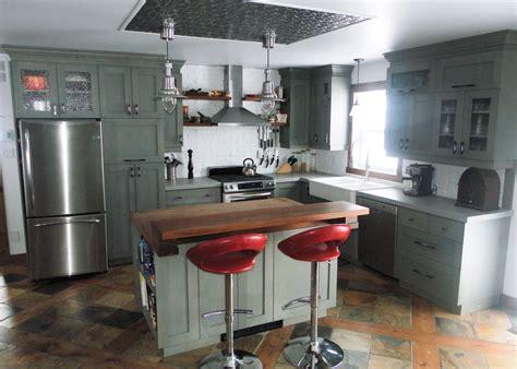 comptoir ilot cuisine cuisine en merisier teint et verni comptoir de béton et