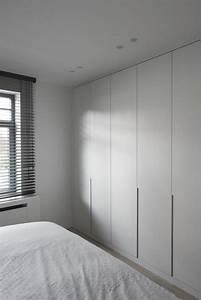 deco salon les portes de placard en bois de couleur gris With deco porte placard chambre