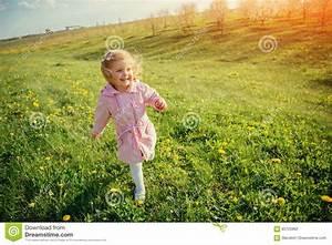 3 Filles Qui Chantent : la petite fille qui court au printemps le jour ensoleill traitement d 39 art photo stock image ~ Medecine-chirurgie-esthetiques.com Avis de Voitures