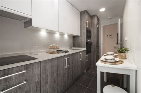 foto cocina moderna en tonos gris  blanco