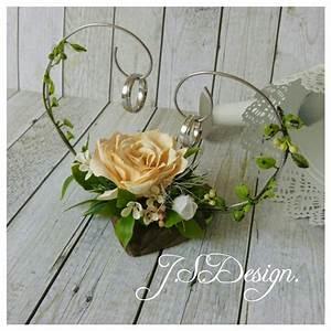 Rose Aus Holz : einen ringhalter aus holz und draht dekoriert mit einer selbstgemachten rose aus foamiran und ~ Eleganceandgraceweddings.com Haus und Dekorationen