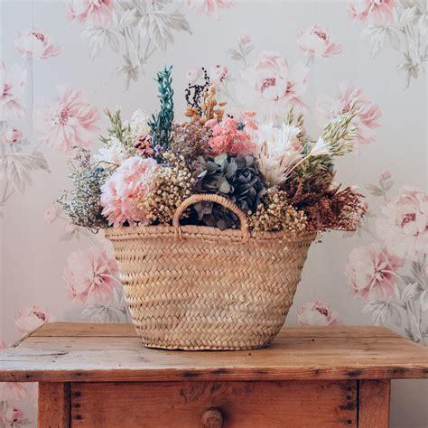 cesto de flores preservadas en tonos pastel   burdeos
