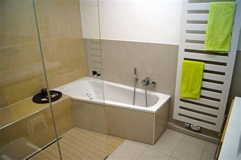 Kleines Badezimmer Mit Dusche Und Badewanne by Kleine B 228 Der Mit Dusche Und Badewanne