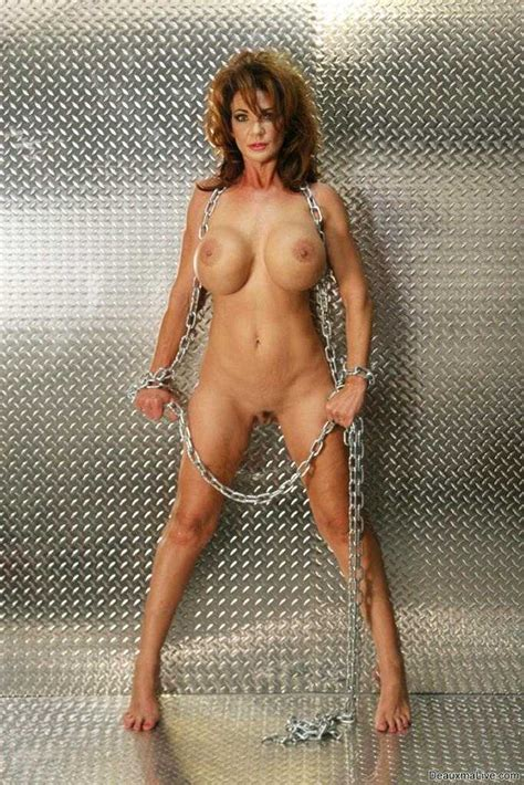 Mature Deauxma Ties Her Curvy Body Using Chain