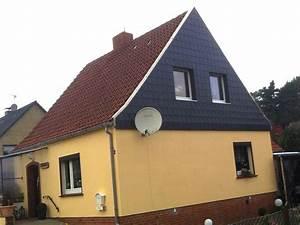 Quadratmeter Fassade Berechnen : giebelwand eines hauses mit schwarzen schindeln gedeckt schindeln dachziegel fassadenplatten ~ Themetempest.com Abrechnung