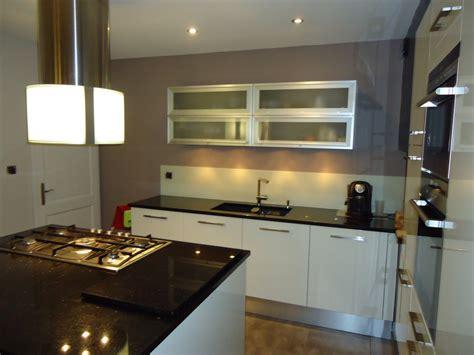 cuisine grise avec plan de travail noir cuisine blanche plan de travail noir