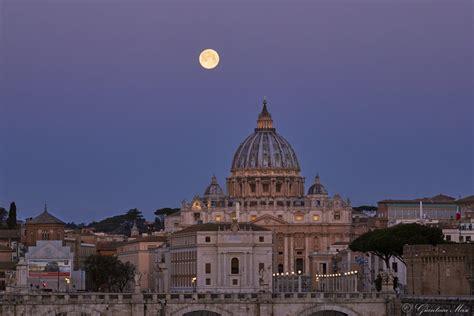 palestra le cupole roma la superluna di primavera sospesa sui tetti le cupole e