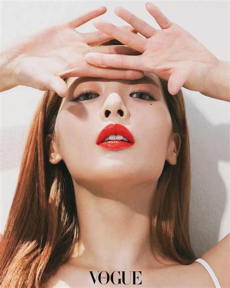 韩文歌词:spso cool 하게 더 hot 하게 레드 립스틱 좀 더 빨갛게 (빨갛게) so cool 하게 더 hot 하게 레드 립스틱 좀 더 빨갛게 (빨갛게) 새빨간 립스틱을 바른 나는 빨개요. 泫雅杂志画报 烈焰红唇个性十足 - 韩国新网