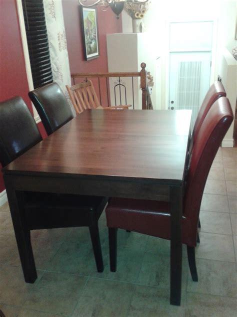 table cuisine avec chaises table de cuisine en merisier avec chaises en cuirs