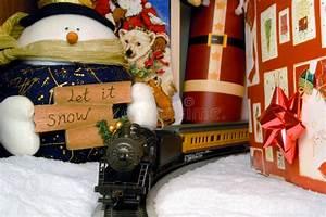 Train Electrique Noel : d coration de train lectrique et de no l image stock image du neige envelopp 6200399 ~ Teatrodelosmanantiales.com Idées de Décoration