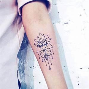 Tatouage Bras Femme Fleur : tatouage de femme tatouage fleur de lotus noir et gris sur bras ~ Carolinahurricanesstore.com Idées de Décoration