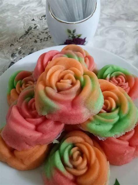 Kue warna warni ini memiliki banyak macam isi seperti cokelat, vanila, buah buahan bahkan teh hijau membuat kue ini terasa begitu istimewa. Resep Kue Apem Mawar warna warni