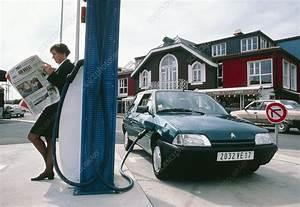 Car La Rochelle : driver recharging electric car la rochelle stock image t615 0100 science photo library ~ Medecine-chirurgie-esthetiques.com Avis de Voitures