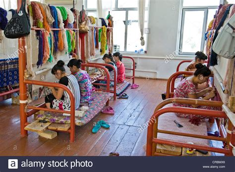 tappeti uzbekistan uzbekistan samarcanda fabbrica di tappeti foto