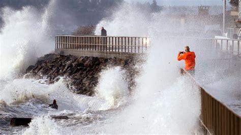 wind storm  seattle leaves tens  thousands   dark