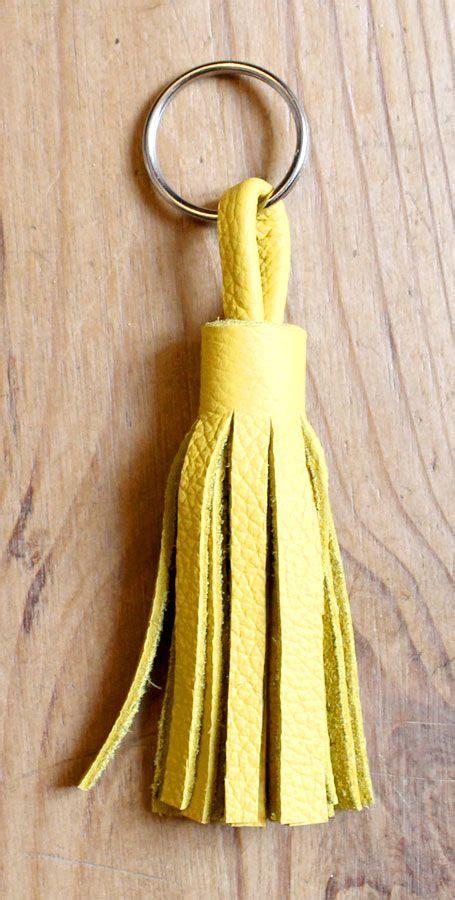 cr 233 er pompon en cuir pour sac ou tout simplement en porte cl 233 diy fils