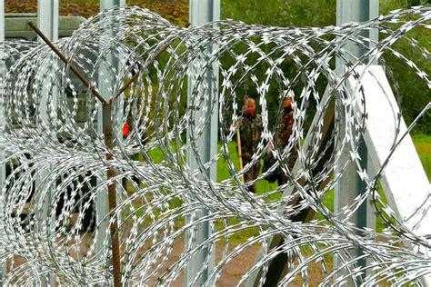 Sichtschutz Garten Ungarn by Der Ungarische Grenzzaun Trennt Nachbarn In Sombor