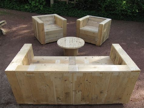 garden furniture det built with pallets and a wooden coil