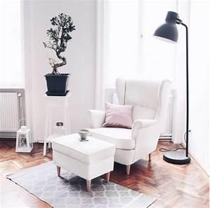 Stehlampe Für Wohnzimmer : wohnzimmer ohrensessel in wei gem tliche leseecke mit stehlampe dekoidee f r schlichten ~ Frokenaadalensverden.com Haus und Dekorationen