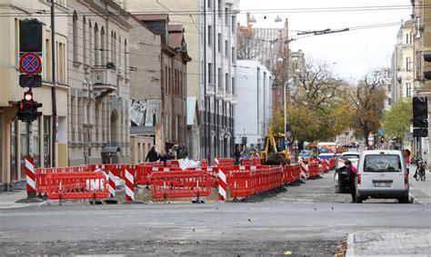Bruņinieku ielā rekonstrukcijas darbu laikā būvnieki ...