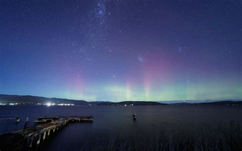 Aurora Borealis Over The Lake - High Definition Wallpaper