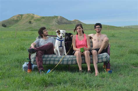 """三個人、兩隻狗加上一張沙發,他們正在全美進行真正的 """"couch Surfing"""" ‧ A Day Magazine"""
