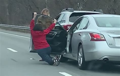 women fight   middle  ma highway