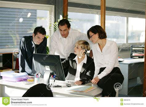 femme de bureau hommes et femmes au bureau avec l 39 ordinateur image libre