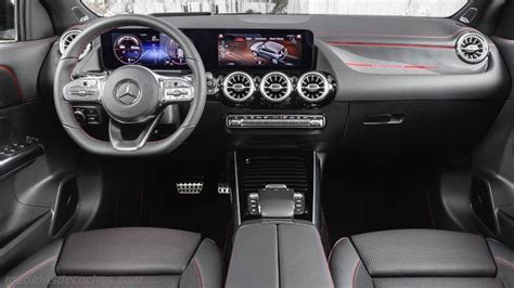 The further up the range you go, the classier the interior looks thanks. Medidas Mercedes-Benz GLA 2020, maletero e interior