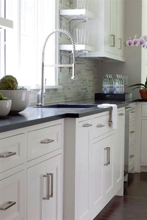 encimera oscura cocina blanca  suelo oscuro cocinas