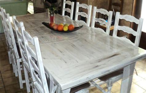 peindre des chaises en bois peinture sur table en bois et chaises créations peinture