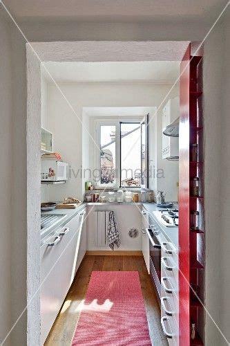 Einrichtung Kleiner Kuechemoderne Kleine Kueche Im Wohnzimmer 3 by Blick Durch Offenen Durchgang In Schmale Moderne K 252 Che