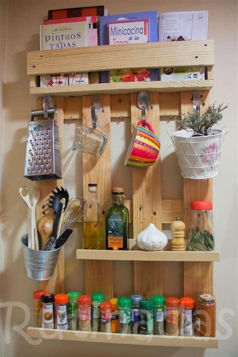 la cuisine des epices etagères à épices grand format en bois de palette pour la