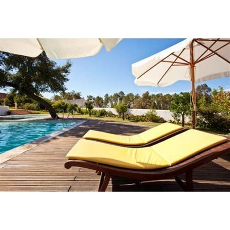 chaise longue en teck chaises longues de piscine détendez vous confortablement
