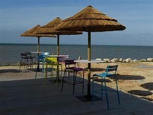 parasol en fibre roseau ou paillote agencements With amenagement autour de la piscine 5 menuiserie exterieure platelage de piscine terrasse bois