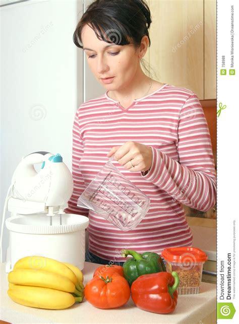 la cuisine des femmes femme faisant cuire dans la cuisine photos libres de droits image 758988