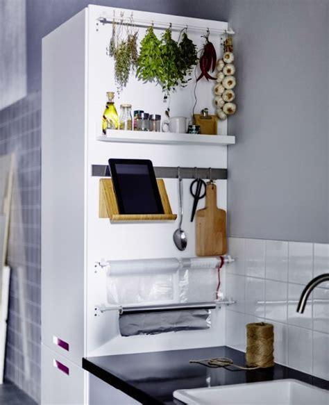 mobile halterung ikea la parete laterale di un mobile alto della cucina con una mensola e binari per riporre spezie e