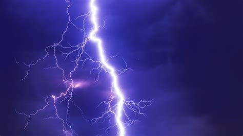 危機一髪、雷がわずか5メートル横に落ちて直撃したまさにその瞬間をとらえたすごいムービー Gigazine