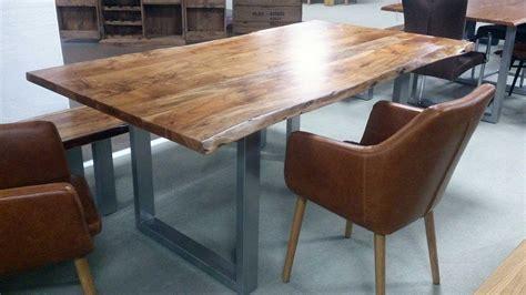esstisch aus akazie massivholz tisch mit baumkante